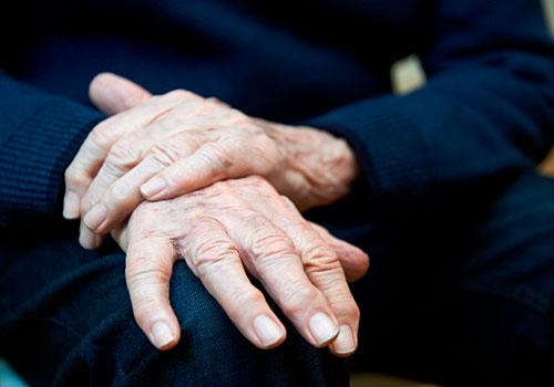 Utslitt av å passe sin demente ektefelle